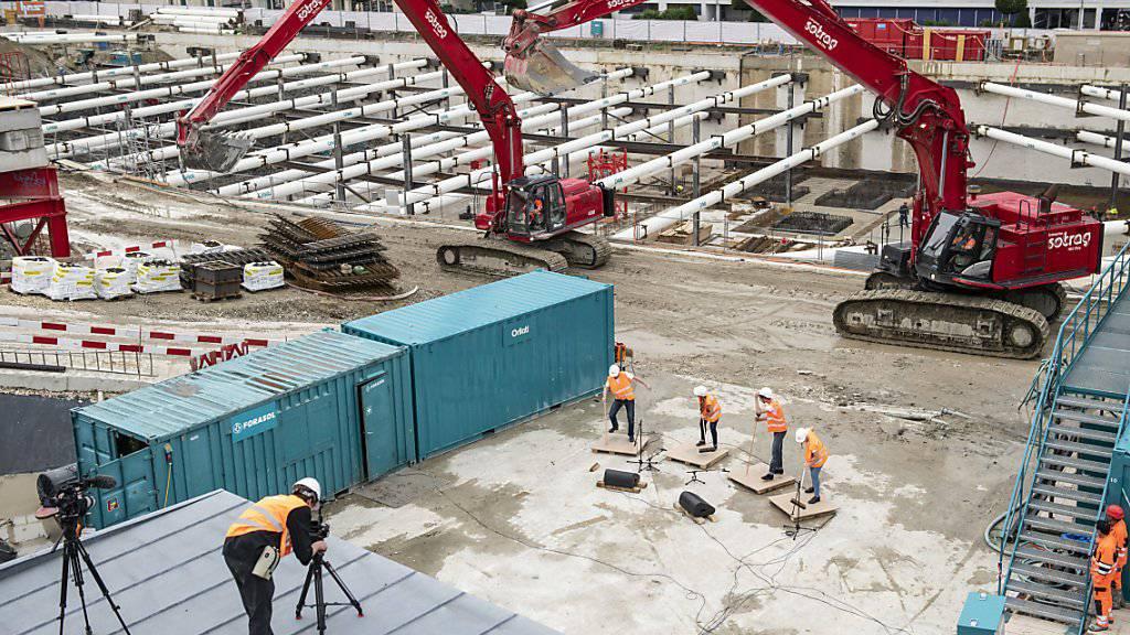 Die verstärkte Solidarhaftung wirkt präventiv gegen Lohndumping auf Schweizer Baustellen. Der Bundesrat will daran festhalten. (Themenbild)