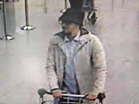 Der dritte Flughafen-Attentäter: Die Behörden veröffentlichten dieses Standbild einer Überwachungskamera im Brüsseler Flughafen.