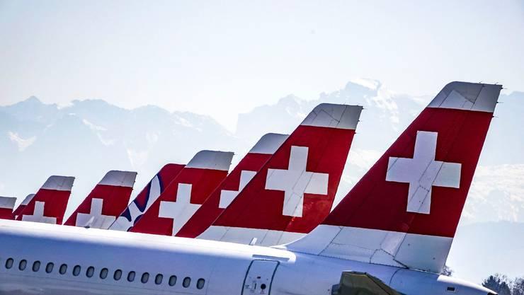 Heckflossen so weit das Auge reicht: Zahlreiche Swiss-Maschinen stehen derzeit unbenutzt auf dem Militärflugplatz Dübendorf.