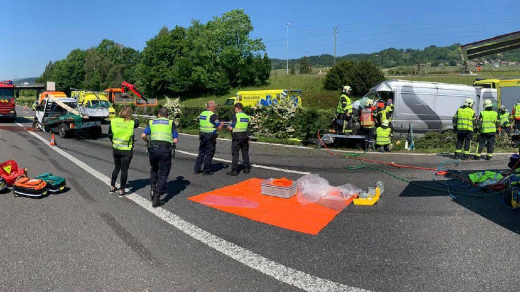 Bei einer Unfallserie auf der Autobahn A1 am Genfersee ist am Montag mindestens ein Mensch getötet worden. Mehrere weitere wurden verletzt. Zudem starben mehrere Stück Vieh.