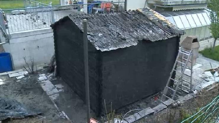 So sah das abgebrannte Gartenhäuschen am Tag danach aus.