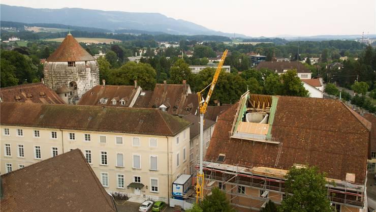 Blick vom Solothurner Rathausturm: Im klaffenden «Loch» im Dach des Museums Altes Zeughaus ist der neueingebaute Liftschacht zu sehen.