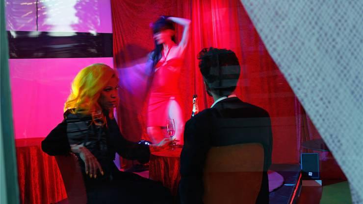 Wer wird an ihrer Stelle strippen, wenn sie nicht mehr dürfen? Das Künstler-Duo Thom Truong beleuchtet die Situation der Cabaret-Tänzerinnen von allen Seiten.