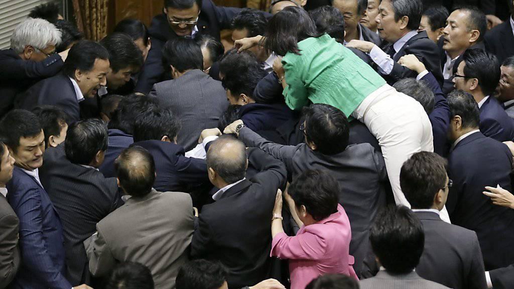 Tumultartige Szenen im japanischen Parlament am Donnerstag: Auch am Freitag ging das Gezerre um ein neues Militärgesetz weiter. (Archivbild)