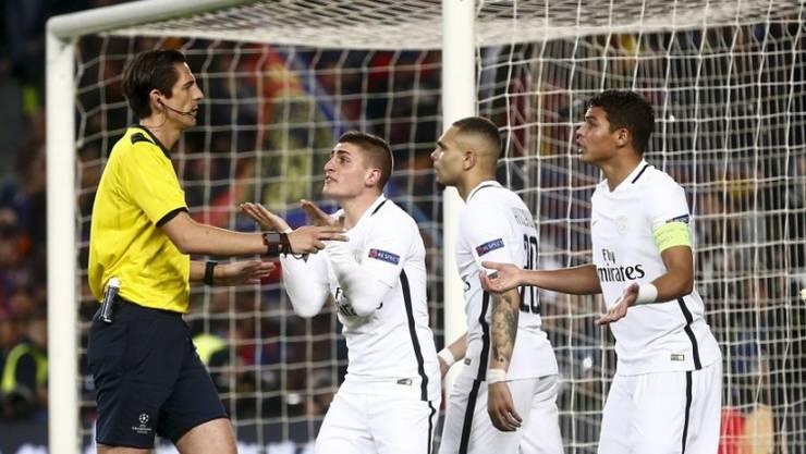 Die Spieler von Paris Saint-Germain können einen Entscheid von  Deniz Aytekin (links) nicht fassen