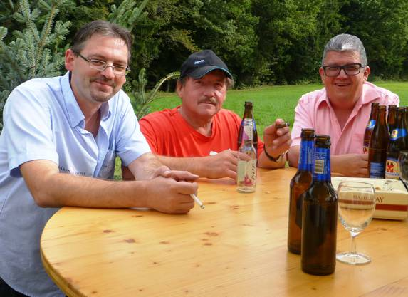 """Gute Stimmung auch vor dem Festzelt: von links """"Bären""""-Wirt Skender Alushaj, Werner Schaad und Gemeindepräsident Daniel Zumstein."""