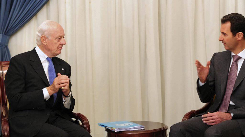 UNO-Sonderbeauftragter für Syrien, Staffan de Mistura (links), im Gespräch mit Baschar al-Assad: Bis im August will er eine Einigung für einen politischen Übergang im Bürgerkriegsland gefunden haben. (Archivbild)