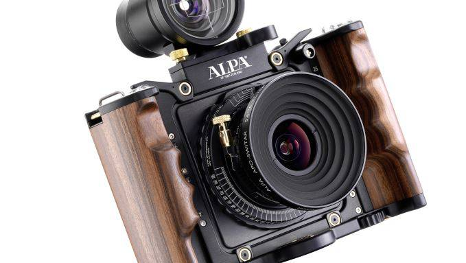1946 wird die Marke in der Schweiz erstmals registriert. In den 60er-Jahren erlebt die Kameramarke ihren Höhepunkt. Es folgt der Abstieg, der 1990 im Konkurs endete. 1996 wird Alpa wieder belebt.