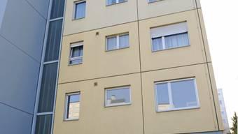 Mann stürzt aus Wohnung im vierten Stock und stirbt