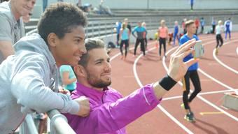 Kariem Hussein war bei seinem Auftritt in Basel ein gefragter Mann. Zum Beispiel für ein Selfie mit einem jungen Fan.