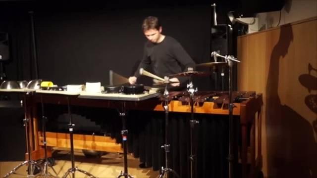 """""""Visual Percussion"""": Luca Borioli beginnt klassisch mit Tap Oratory. One Study One Summary erinnert zuweilen an moderne elektronische Musik. Bei Time and Money kommt Wirtschaftskritik von Pierre Jodlowski"""