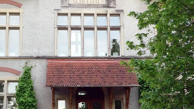 Die Eingangspartie des Fahrwanger Primarschulhauses, die mit der Sanierung ein vorgelagertes Treppenhaus aus Glas bekommen soll. tf