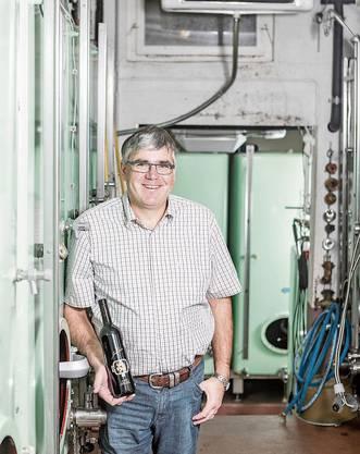 Meinrad Steimer mit dem Jubiläumswein. Bild: Sandra Ardizzone