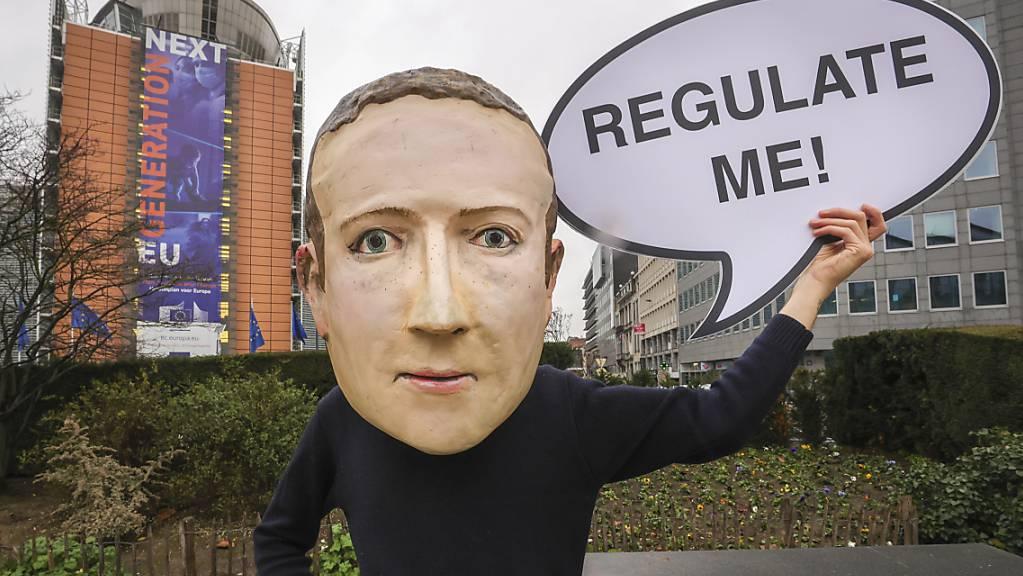 Facebook ist unter Beschuss: Demonstranten fordern eine stärkere Regulierung für Facebook (Archivbild).