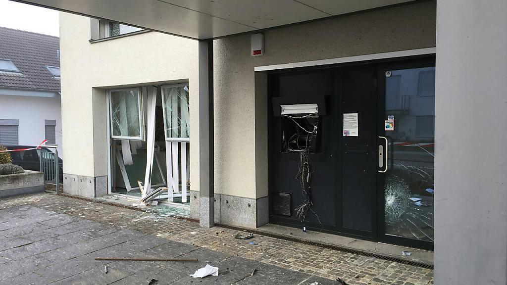 Ein Bild der Verwüstung: Unbekannte sprengten in Schönenbuch BL einen Bankomaten. Am Gebäude entstand grosser Sachschaden.