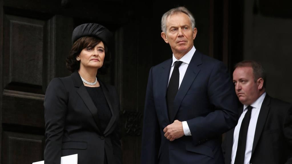Der ehemalige britische Premierminister Tony Blair und seine Frau Cherie Blair verlassen die feierliche Zeremonie zur Beerdigungs der ehemaligen britischen Premierministerin Thatcher.