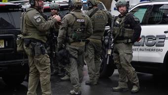 Nach Schüssen in Jersey City sind mehrere Menschen getötet worden. Sicherheitskräfte riegelten die Strassen ab.