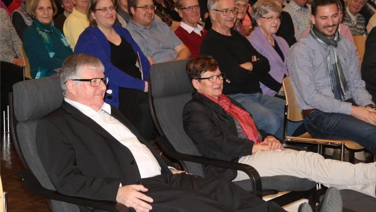 Hansueli und Evi Bühler verfolgen vom Liegestuhl aus bei einem Glas Sekt die Würdigung von Bühlers langem Wirken für die Gemeinde. Peter Schüz