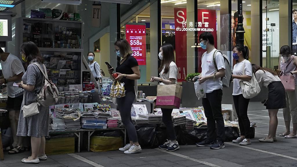 Nach Verhaftungswelle: Hongkonger kaufen «Apple Daily»