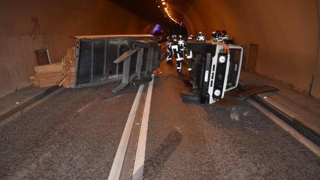 Auto mit Anhänger in Tunnel umgekippt