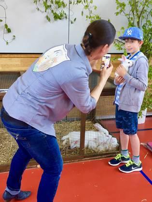 Kinder und viele Erwachsene besuchten die KGZV-Jungtierschau des Kaninchen- und Geflügelzüchtervereins Waldenburg und Umgebung in Oberdorf