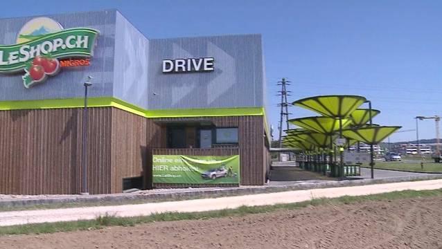 Die auffälligen gelbgrünen Sonnenschirme, die vor dem Gebäude fürs Erste auf dem Platz stehenbleiben.
