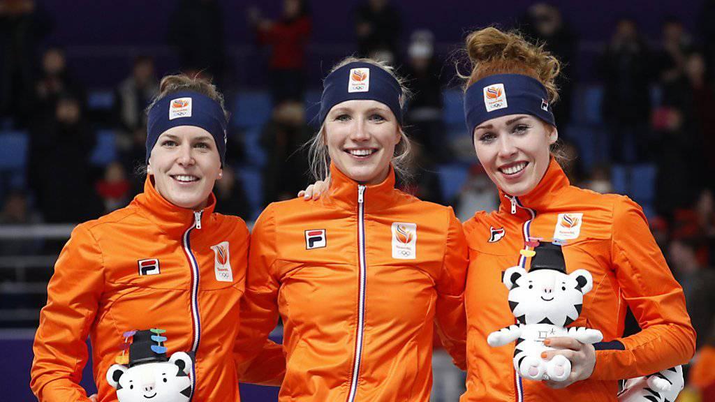 Ireen Wüst (links), Siegerin Carlijn Achtereekte (Mitte) und Antoinette de Jong sorgten für einen niederländischen Dreifach-Triumph in Gangneung.