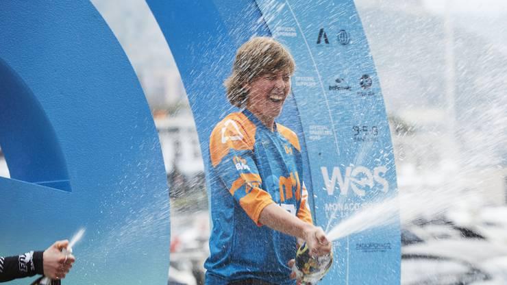 Nathalie Schneitter geniesst die Champagnerdusche in Monaco.