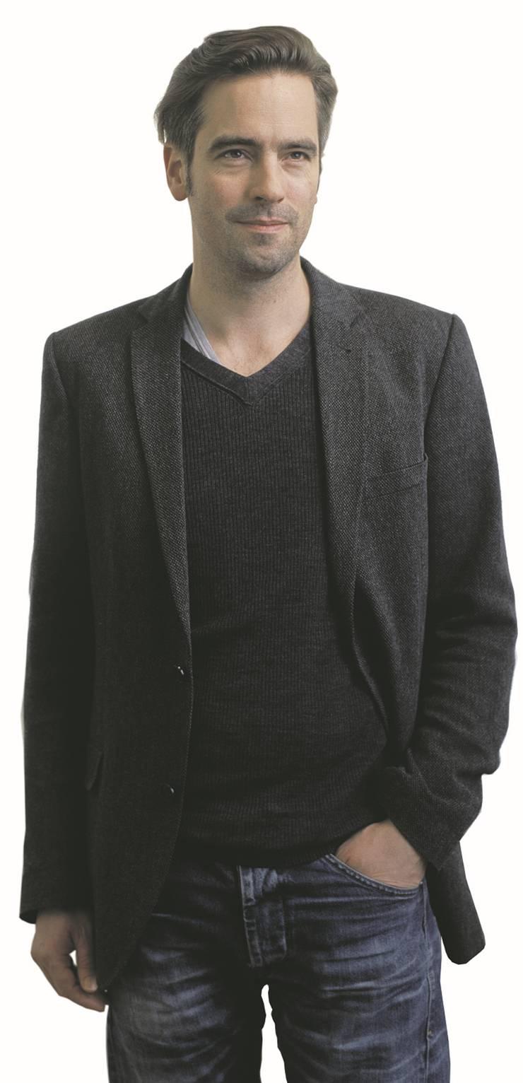 Alain Gsponer kam 1976 in Zürich zur Welt, wuchs in Schinznach-Bad AG auf und besuchte die Alte Kantonsschule Aarau. Nach dem Grundkurs für audiovisuelles Gestalten an der Schule für Gestaltung in Bern startete er sein Studium im Bereich Szenischer Film an der Filmakademie Baden-Württemberg, welches er 2002 abschloss. Seither ist er als Regisseur, Autor und dramaturgischer Berater tätig. In der Schweiz erlangte er Bekanntheit mit «Akte Grüninger» (2014) und «Heidi» (2015), welcher beim Deutschen Filmpreis 2016 als bester Kinderfilm ausgezeichnet wurde. Der in Berlin wohnhafte Regisseur ist am letzten Sonntag Vater geworden.