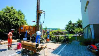 Vorbote: Mitarbeitende der Firma Stämpfli bohren im Kirchenfeld nach Grundwasser für die Wärmepumpe. jr