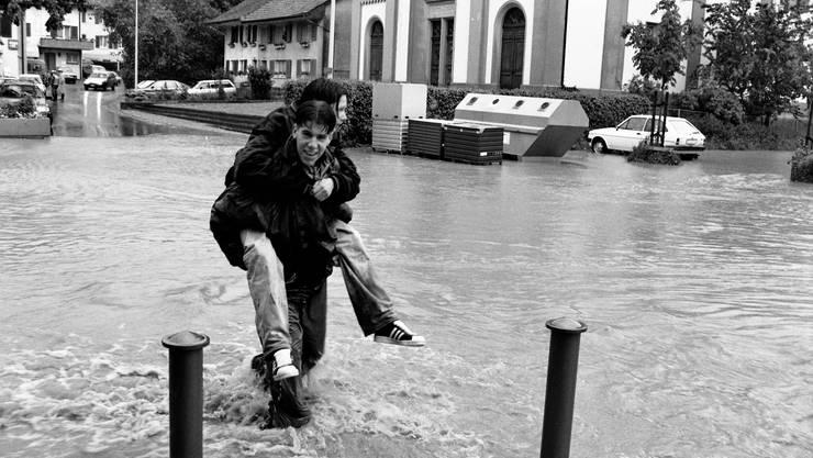 Im Surbtal kommt es öfters zu Hochwasserereignissen, wie hier 1994, als die Surb unter anderem den Lengnauer Dorfplatz überschwemmte. Neben der Surb liegt auch der Rickenbach, der in die Surb mündet, auf der Hochwasser-Gefahrenkarte.