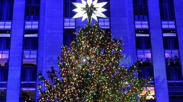 Wann Wird In New York Der Weihnachtsbaum Aufgestellt.Lichter Am Weihnachtsbaum Vor Dem Rockefeller Center Angezündet