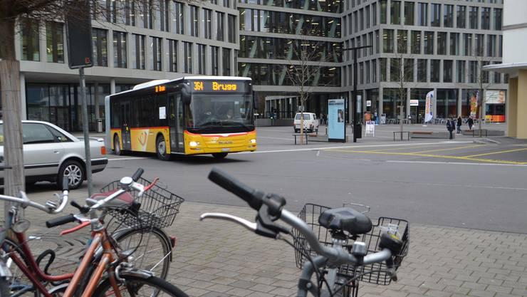 In der Begegnungszone kommt es zu gefährlichen Situationen zwischen Bus, Velofahrern und Fussgängern.