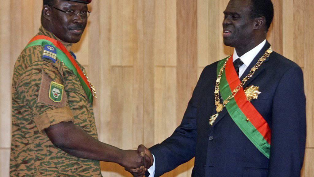 Die Staatengemeinschaft fordert, dass der weggeputschte interimistische Präsident von Burkina Faso, Michel Kafando (rechts) und Interims-Premierminister Isaac Zida (links) wieder eingesetzt werden. (Archiv)