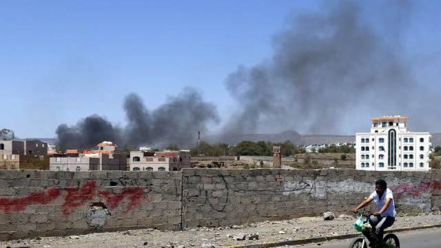Nach einem Luftschlag auf ein Huthi-Camp in Sanaa steigt Rauch auf