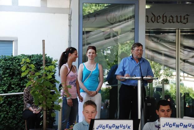 Der Weininger Gemeindepräsident Hanspeter Haug gratuliert Janine Greiner (rechts) und Carmen Schäfer am Rebblütenfest zum WM-Sieg 2012.