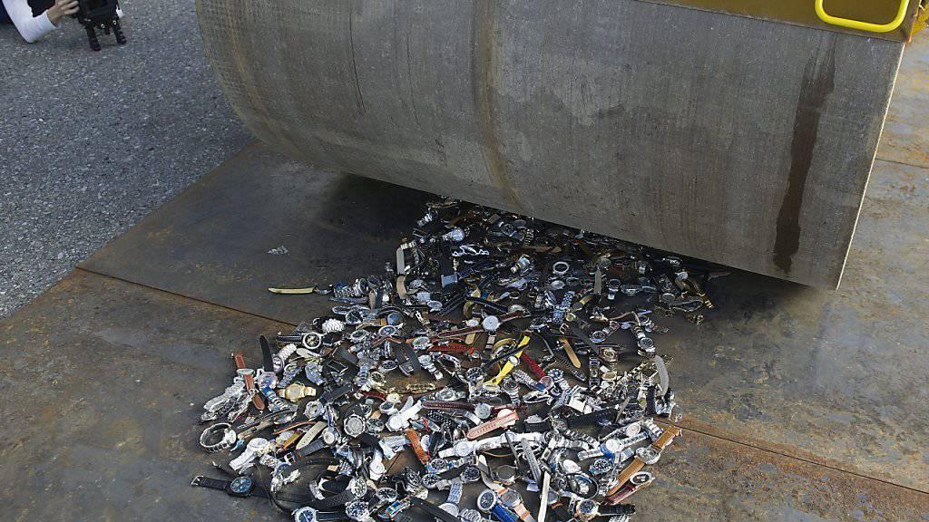 """Gefälschte Ware wird vom Zoll eingezogen und vernichtet - wie hier bei einer medienwirksamen Aktion von """"Stop Piracy"""". (Archivbild)"""