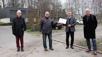 Das dreiköpfige Referendumskomitee reichte gestern Vormittag 598 Referendumsstimmen gegen die Schulraum-Module ein: Guido Beljean, Fredy Gut, Gemeindeschreiber Felix Fischer, Armin Bührer (von links).
