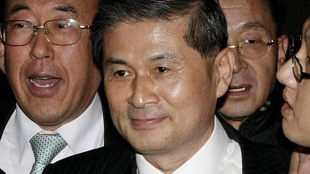 Hwang (Mitte) wegen Betrugs verurteilt