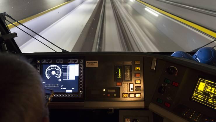Wer sich für die Eröffnungsfahrt durch den Gotthard-Basistunnel am 1. Juni 2016 interessiert, kann in einem Wettbewerb jeweils eine Fahrkarte für sich und eine Begleitperson gewinnen. Insgesamt werden im Februar kommenden Jahres 500 Gewinnerinnen und Gewinner ausgelost werden.