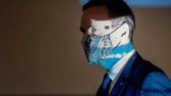 Der Aargauer Gesundheitsdirektor Jean-Pierre Gallati (SVP) mit Maske auf dem Weg zur Medienkonferenz, wo die verschärften kantonalen Massnahmen gegen das Coronavirus bekannt gegeben wurden.