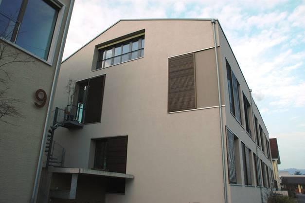 Ergänzend wurde ein Neubau mit drei Wohnungen gebaut. Garten und Sitzplätze sind für alle nutzbar. Alle Wohnungen entsprechen dem Minergie-Standard.