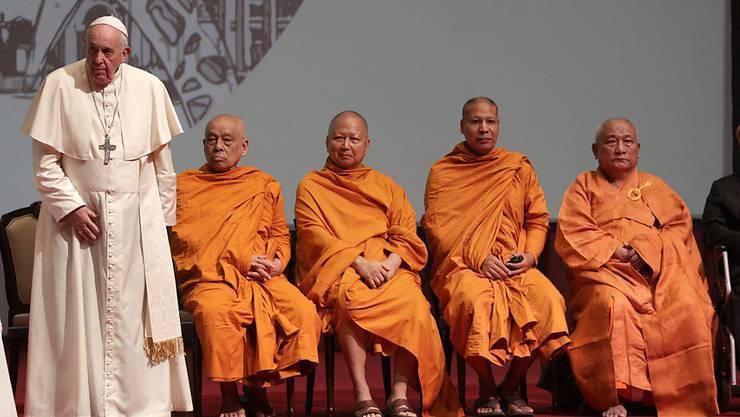 Papst Franziskus (l.) in Bangkok: Bei dem Treffen waren neben Christen Vertreter des Buddhismus, des Islam und des Hinduismus dabei.