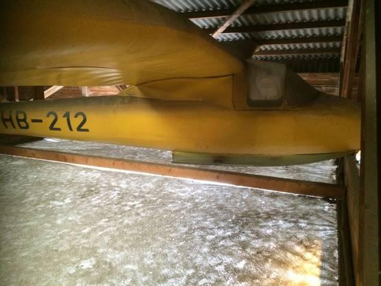 So hing der Segler im Hangar des Flugplatzes