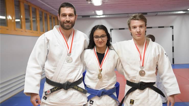 Nicht alle Medaillenfreuden sind gleich: Während die zweitplatzierten Marcel Schlemmer (links) und Julian Bersnak ob der verpassten Goldmedaille leicht enttäuscht waren, kam die Bronzemedaille für Yasmin Abbani überraschend.