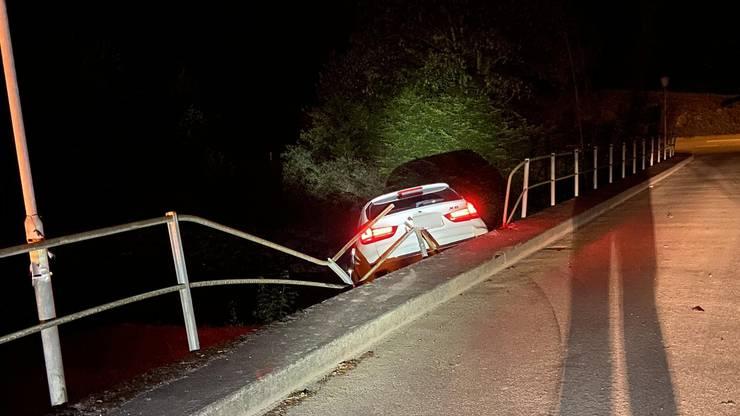 Im abfallenden Bisbord kam das Fahrzeug dann zum Stillstand. Verletzt wurde niemand.