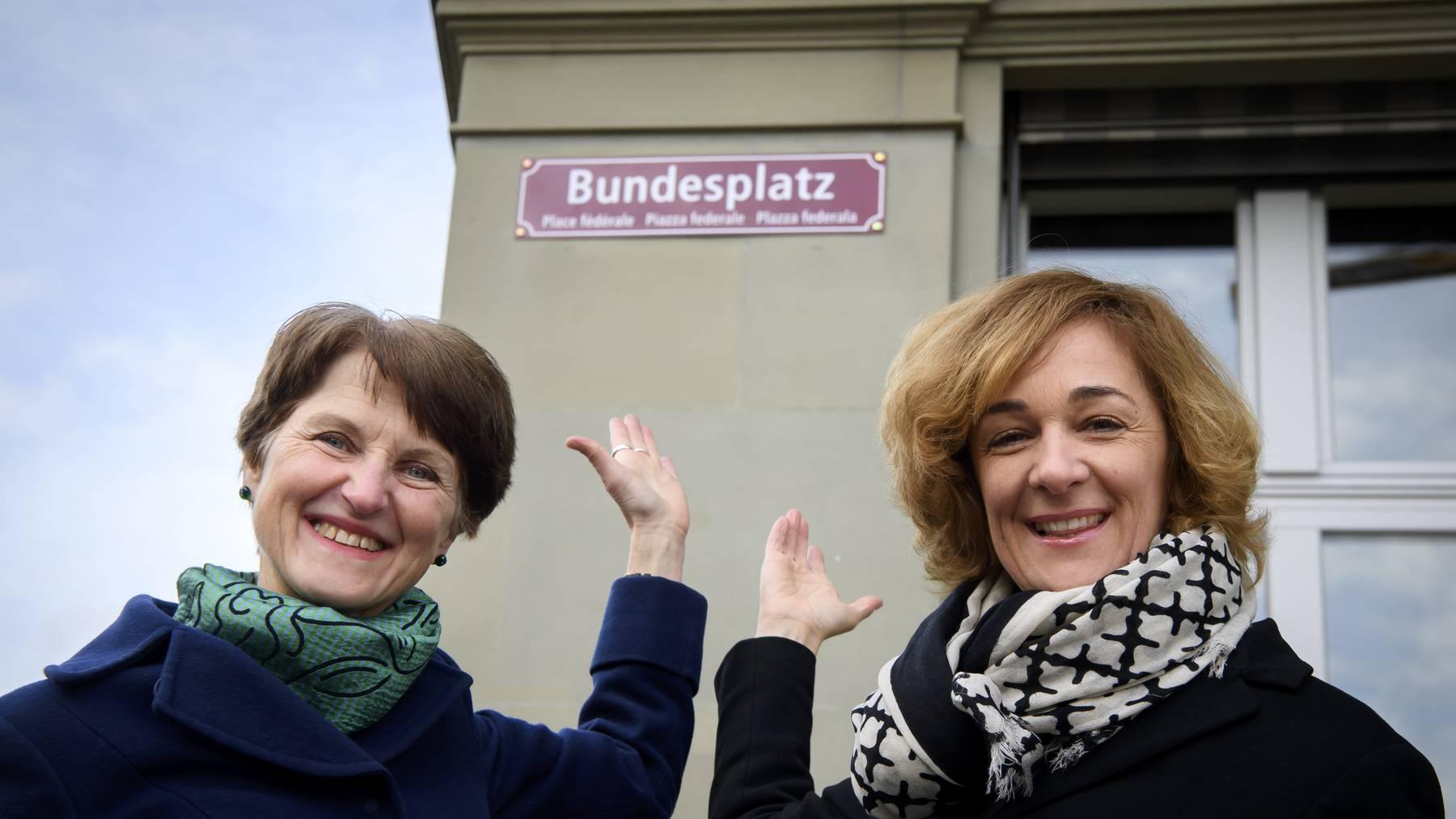 Seit Freitag viersprachig beschriftet: Der Bundesplatz in Bern – im Bild die Gemeinderätinnen Franziska Teuscher und Ursula Wyss (rechts).