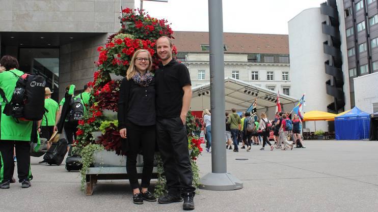 Antoinette und Mathias Baumberger vor ihrer Blumenpyramide.