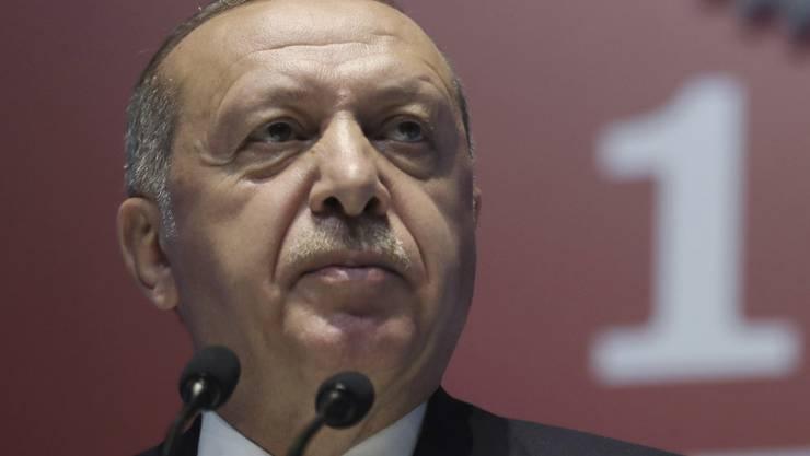 Bekommt von der Finanzratingagentur Fitch die Quittung für den Rauswurf des türkischen Notenbankchefs: Staatspräsident Recep Tayyip Erdogan. (Archivbild)