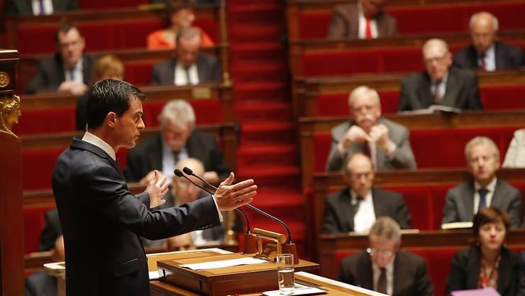 Die französische Nationalversammlung hat sich für eine Verlängerung des Ausnahmezustandes ausgesprochen. Premierminister Manuel Valls (Bild) hat vor der Möglichkeit von Terrorangriffen mit chemischen oder biologischen Waffen gewarnt.
